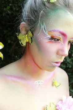 Not keen in the face makeup, but clever use of highlighter on the collarbone, make this a great uniform look!