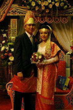 Kebaya sudah menjadi busana yang identik dipakai oleh para wanita Indonesia pada saat melakukan prosesi acara pernikahan. Tentu di Indonesia...