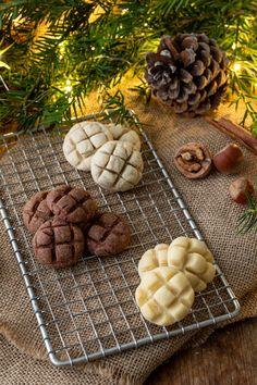 Kekse verziert mit einem Kuchengitter in drei verschiedenen Mürbteig-Sorten. Dieses und viele weitere Rezepte findet ihr auf unserer Website (Backen, Rezepte, Weihnachten, Advent, Kekse, Weihnachtskekse, Verzieren)