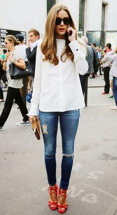 Camisa blanca + jeans + zapatos rojos