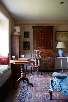 Small Country Morning Room in Small Living Rooms. Traditional country living room with window seat, antique carpet, wood dresser and antiques. English Living Rooms, Antique Living Rooms, Dark Living Rooms, My Living Room, Living Room Furniture, Home Furniture, Living Room Decor, Antique Furniture, Wooden Furniture