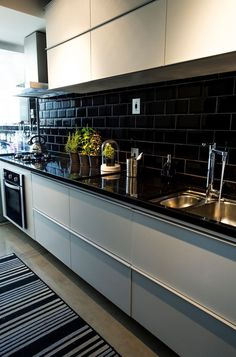 Great Idea 15 Charming Black Backsplash Kitchen Design Ideas That Look More Cool Black backsplash design in your home kitchen will certainly produce a cool decoration. Black or dark colors are colors that have become a favorite col. Kitchen Redo, Kitchen Backsplash, New Kitchen, Kitchen Remodel, Backsplash Design, Backsplash Ideas, Black Kitchens, Cool Kitchens, Black Backsplash