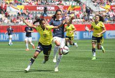 """La Colombie n'a pas terminé deuxième de la dernière Copa America par hasard ! Lors de la deuxième journée du groupe F, les Bleues (photo Louisa Necib) ont fait les frais de la rage de vaincre et du réalisme des """"Cafeteras"""" qui ont inscrit deux buts (Lady Andrade, 19e, Catalina Usme, 90e+3) sur leurs deux seules frappes cadrées. Elles prennent la tête de la poule. La France disputera un dernier match décisif mercredi à Ottawa face au Mexique."""
