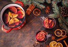 Vůně a chuť vánočního punče patří v mnoha domácnostech k vánočním svátkům. Jak si takový punč vyrobit doma? Máme recepty pro alko i nealko variantu. Destiel, Moscow Mule Mugs, Drinks, Tableware, Alcohol, Drinking, Beverages, Dinnerware, Tablewares