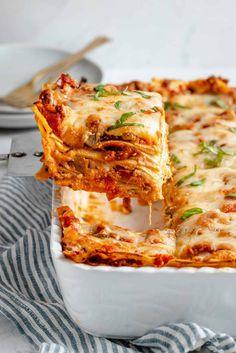 Sautéed eggplant and juicy meat crumbles are layered between noodles and vegan ricotta/gooey mozzarella, to make cheesy vegan lasagna! Cheesy Pasta Recipes, Baked Pasta Dishes, Lasagna Recipes, Best Vegan Lasagna Recipe, Tasty Vegetarian Recipes, Vegan Pasta, Vegan Ricotta, Meaty Lasagna, Baked Gnocchi