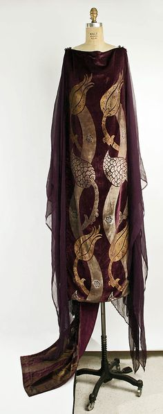 Robe by Mariano Fortuny, early 20th century, in silk and glass, The Metropolitan Museum of Art