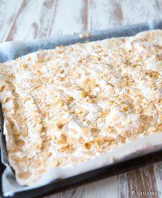 Ellen Svinhufvudin kakku on yksi rakastetuimmista klassikoistamme, hienojen juhlien erikoisuus. Valmistin sen pehmeämpänä ja kevyempänä kääretorttuna. Bread, Baking, Desserts, Food, Tailgate Desserts, Deserts, Brot, Bakken, Essen