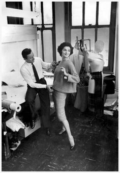 Guy Laroche 1958 the first collection of sportswear by Guy Loroche model Jacky Mazel (New York Times) Vintage Fashion 1950s, Vintage Couture, Retro Fashion, Fifties Fashion, Vintage Vogue, Vintage Style, Guy Laroche, Buy My Clothes, Carmen Dell'orefice