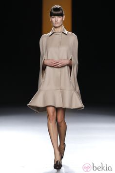 16913_vestido-capa-color-nude-juanjo-oliva-fashion-week-madrid.jpg (980×1470)