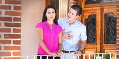 Un hombre le habla a su esposa mientras ella lo ignora