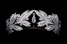 "La Coquette Parisienne on Instagram: ""▪️Laurel tiara, worn by Marie Bonaparte (1882-1962), Cartier, 1907, Paris, Platinum and diamond, Qatar Museums Authority▪️ #cartier…"" Royal Jewelry, Luxury Jewelry, Jewelry Box, Jewellery, Olive Wreath, King Edward Vii, The Royal Collection, Crown Jewels, Cartier"