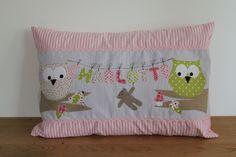 Liebevoll und sehr aufwändig gestaltetes Kissen aus rosa-weiß und grau-weiß gestreifter Baumwolle mit rosa Zackenlitze. Niedliche Eulen sitzen auf...