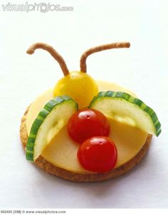 fun_cheese_and_cracker_snack_in_the_shape_of_a_bug #Divertido