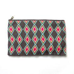 sophie anderson(ソフィーアンダーソン)は、デザイナー・Sophieが南米の先住民族(Wayuu)のハンドメイドのバッグを用いてパリでデビューしたばかりのブランド。ビビッドな色に染めたコットンの糸を使用し、全てハンドメイドで仕上げたクラッチバッグで上品な大人のリゾートスタイルが完成。                                                                                                                                                                                 もっと見る