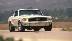 """En 1968, el Mustang 390 GT, conducido por otra leyenda, Steve McQueen, protagonizó la que hoy en día es considerada """"mejor persecución de la historia del cine"""" en la película Bullit. En este mismo año se presento el motor 428 Cobra Jet."""