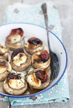 mushrooms, brie, roasted tomatoes + herbs (find a substitute for sundried tomatoes) Finger Food Appetizers, Yummy Appetizers, Appetizer Recipes, Vegetable Recipes, Vegetarian Recipes, Cooking Recipes, Burger Recipes, I Love Food, Good Food