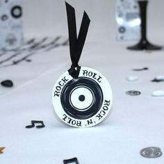 Vendues par 4 étiquettes pour un mariage Rock n Roll, vous pourrez écrire au verso qui reste non imprimé le texte de votre choix pour votre cérémonie avec un feutre métallique.