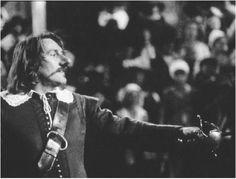 Después de sacar a Montfleury de el escenario Cyrano pelea con Valvert y demuestra su talento como poeta al improvisar un poema durante la pelea.