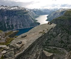 """Una roca que parece """"levitar"""" en Noruega (Trolltunga)"""