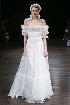 Bordados, aplicações, geometria e o mix de tudo isso compõem os vestidos de noiva Naeem Khan, desfilados na NY Bridal Week - Fall 2018.