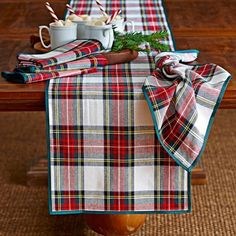 decoración de navidad con mantelería escocesa