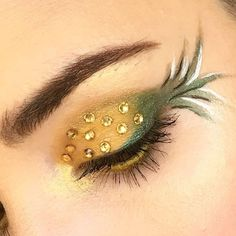 Lots of inspiration, diy & makeup tutorials and all accessories you need to create your own DIY Pineapple Costume for Halloween. This Content To Suit Your Needs If You Enjoy Teen Costumes Eye Makeup Art, Diy Makeup, Eyeshadow Makeup, Eyeliner, Makeup Ideas, Halloween Makeup Looks, Diy Halloween Costumes, Costume Ideas, Halloween City
