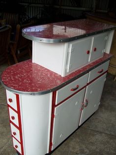 Original vintage white and red kitchen cupboards/room divider. 1950s Kitchen, Red Kitchen, Kitchen Cupboards, Retro Kitchens, Kitchen Island, Kitchen Appliances, Cheap Kitchen, Kitchen Storage, Retro Kitchen Tables