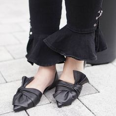 Bows: We see them around your waist, your neck, on the bottom of shirts, on trousers and skirts. We will see everywhere this season. Trousers, Bows, Skirts, Instagram Posts, Fashion, Trouser Pants, Arches, Moda, Skirt