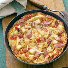 This Spanish frittata (with onion, egg, potato, bell pepper, and ham) is quick and easy- perfect for a weekend brunch or a weeknight dinner! Fun Cooking, Cooking Recipes, Healthy Recipes, Egg Recipes, Potato Recipes, Breakfast Casserole, Breakfast Recipes, Egg Casserole, Breakfast Bites