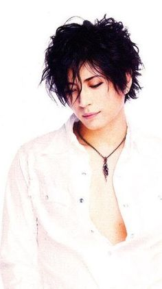 I'm bout to fall out at work and people are gonna a stare. Gackt makes me weak at the knees