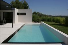 piscine familiale de forme angulaire : trophée d'or