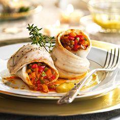Rollitos de lubina con pisto y salsa de puerros al cava Fish Dishes, Fresh Rolls, Food Styling, Tacos, Menu, Mexican, Ethnic Recipes, Mandala, Healthy Vegan Recipes