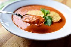 Sopa de tomate cremosa com croutons de parmesão
