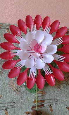 Made of plastic spoons Easy Diy Crafts, Diy Arts And Crafts, Craft Stick Crafts, Plastic Spoon Crafts, Plastic Spoons, Plastic Silverware, Tree Crafts, Flower Crafts, Plastic Bottle Flowers