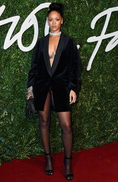 Rihanna also attended the British Fashion Awards. Rihanna went back to her comfort zone in this Stella McCartney jacket. Estilo Rihanna, Mode Rihanna, Rihanna Style, Rihanna Fashion, Rihanna Awards, Rihanna 2014, Rihanna Fenty, Rihanna Outfits, Photos Rihanna
