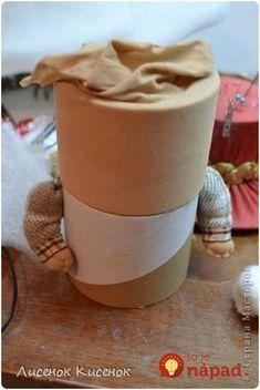 Krajší jarný nápad sme nevideli: Žena vzala 2 rolky od lepiacej pásky a staré silonky - úžasná dekorácia úplne zadarmo! Christmas Ornament Crafts, Holiday Crafts, Christmas Table Settings, Diy Doll, Decor Crafts, Dolls, Tableware, Desserts, Handmade