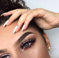 Sobrancelhas lindas precisam de um design de sobrancelha perfeito!