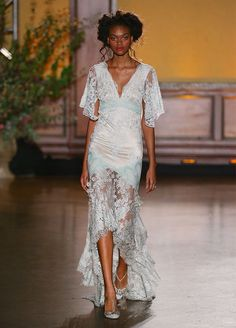 10 Hottest Trends From Fall 2016 Bridal Fashion Week: #6. High-Low Hems
