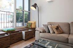 ספה מהדירה הקודמת, כריות אקלקטיות וספסל שמשמש גם לאחסון ( צילום: אביעד בר נס )
