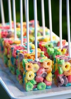 45 sweet ideas for the rainbow party - Ostern Backen - Doces Snacks Für Party, Party Treats, Candy Party, Fruit Snacks, Fruit Loop Treats, Fruit Party, Holiday Treats, Party Cakes, Rainbow Birthday Party