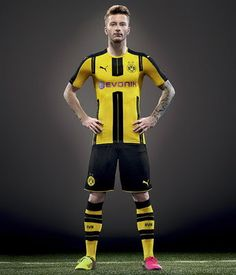 Le Nouveau Maillot de Borussia Dortmund Domicile 2016 2017 possède 3 bandes verticales sur le devant. En combinant les mêmes couleurs que la saison précédente,une fois de plus «Cyber Yellow» comme couleur de base.