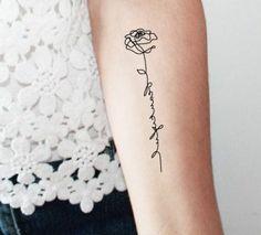 tattoo vorlagen frauen bluse aus spitze rose blume durch buchstaben malen zeichnen auf körper