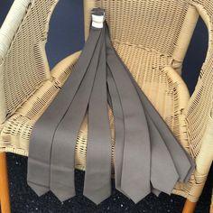Helt nye militær slips av merke E.Graziano.  #skjulteskatter #gjenbruksbutikk #bruktfunn #gjenbrukifokus #gjenbrukergøy #visitøstfold #gårdsbutikk #levlandlig #nostalgiskinteriør #vintage #vintageinterior #gamleskatter #samledilla #elskergamleting #iaskim #selminyttogbrukt #bruktbutikk #gjenbruksglede #bruktkuppfunn #militær #militærslips #egraziano