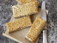 Pasteli: Soft sesame bars with honey - www. Greek Desserts, Greek Recipes, Biscotti Cookies, Cake Cookies, Energy Bars, Protein Bars, Deserts, Food And Drink, Ice Cream