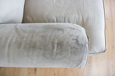 How To Wash Ulphostery Cleaning Microfiber Sofa, Sofa Cleaning, House Cleaning Tips, Cleaning Hacks, Clean Fabric Couch, Clean Upholstery, Clean Sofa, Cushions On Sofa, Bed Pillows