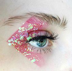 Glitter mania: 25 beauty looks à paillettes pour briller en festival. Pensez à faire étinceler vos paupières. aufbewahrung augen blaue augen eyes für jugendliche hochzeit ıdeen retention tipps eyes wedding make-up 2019 Makeup Vs No Makeup, Eye Makeup Art, Eye Art, Cute Makeup, Makeup Goals, Makeup Inspo, Makeup Ideas, Fairy Makeup, Mermaid Makeup