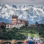 San Vicente de la Barquera, con los Picos de Europa nevados