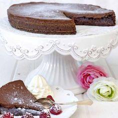 En variant av den klassiska kladdkakan– här med ett läckert chokladkolatäcke.
