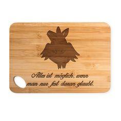 """Bambus - Schneidebrett Schweinchen Flieger aus Bambus   Natur - Das Original von Mr. & Mrs. Panda.  Ein wunderschönes Holz-Schneidebrett von Mr.&Mrs. Panda.    Über unser Motiv Schweinchen Flieger  Ihr braucht Glück oder sucht einen Glücksbringer für einen besonderen Menschen in eurem Leben? Dann darf ein Glücksschwein nicht fehlen, dass in Windeseile heran gebraust kommt. Das Glücksschweinchen """"Flieger"""" ist ein ganz besonderes Motiv aus unserer Kollektion. Es bezaubert und verzaubert seinen…"""