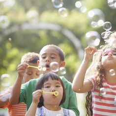 When I think of summer I picture watermelon, barbecues, sidewalk chalk, popsicles and bubbles. Some of my best summer memories were of blowing bubbles in Bubble Solution Recipe, Homemade Bubble Solution, Bubble Recipe, Homemade Bubbles, Blowing Bubbles, Giant Bubbles, Summer Crafts, Summer Fun, Kid Crafts